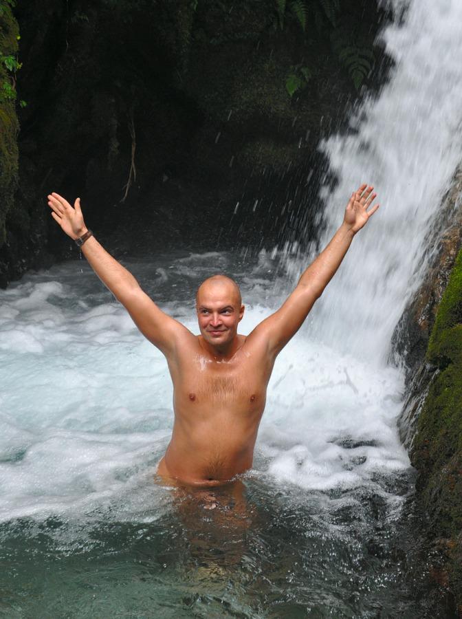 Карп, поднявшийся по водопаду